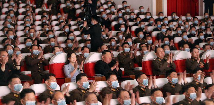 Esta foto muestra al líder norcoreano Kim Jong Un y su esposa Ri Sol-Ju viendo una actuación de los grupos de arte de las familias de los militares. de grandes unidades combinadas del Ejército Popular de Corea en Pyongyang.