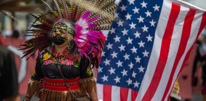 Una bailarina maya tradicional se une a una coalición de grupos activistas y sindicatos para participar en una marcha de los derechos humanos y de los trabajadores en Los Ángeles, California.