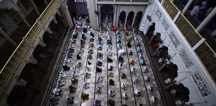 Los devotos musulmanes ofrecen las oraciones del viernes en la mezquita Vasi Ullah durante el mes sagrado del Ramadán en Allahabad.
