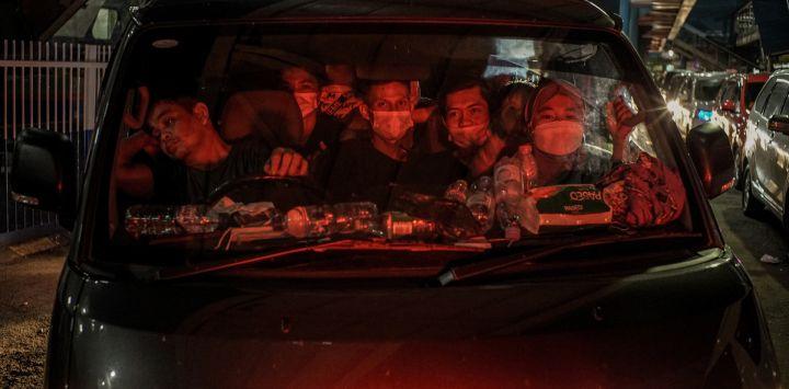 India, Merak: los pasajeros del ferry llegan en vehículos al muelle del puerto de Merak antes de partir hacia sus hogares para encontrarse con sus familias durante el próximo Eid al-Fitr, una fiesta religiosa celebrada por los musulmanes que marcan el final del mes sagrado de ayuno del Ramadán.