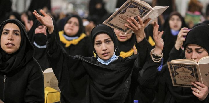 Las mujeres musulmanas chiítas se reúnen para rezar cerca del santuario del Imam Hussein en la ciudad santuario central de Karbala conmemorar la víspera de Qadr o Lailat al-Qadr, que conmemora la revelación del Corán al profeta Mahoma a través del arcángel Gabriel durante el mes de ayuno del Ramadán.