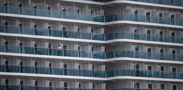 Los pasajeros observan el barco Costa Smeralda cuando sale del puerto de Savona, cerca de Génova.