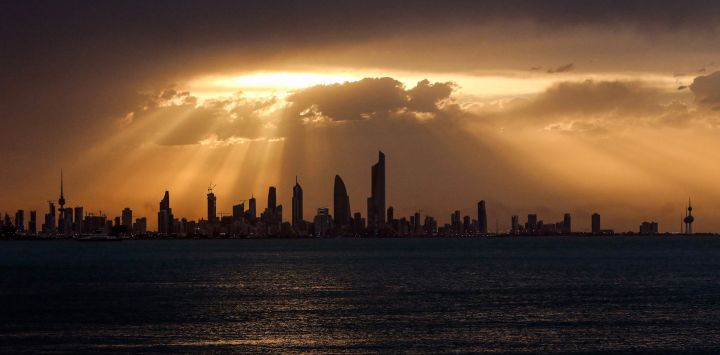Esta fotografía muestra una vista del horizonte de la ciudad de Kuwait al atardecer.