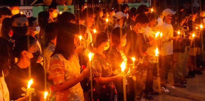 Esta foto muestra a manifestantes sosteniendo velas durante una manifestación matutina contra el golpe militar en Dawei.