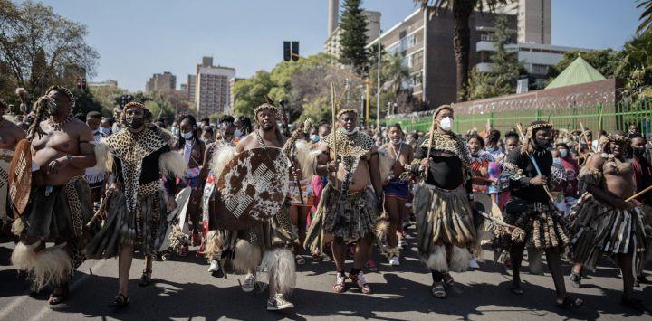 Más de 200 personas vestidas tradicionalmente zulú desfilan por las calles de Johannesburgo, para presentar sus últimos respetos a la reina zulú Shiyiwe Mantfombi Dlamini Zulu, quien murió el 29 de abril de 2021, solo un mes después de convertirse en regente.