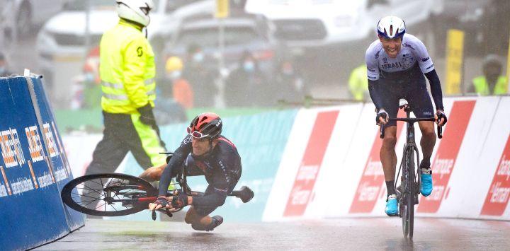 El británico Geraint Thomas cae junto al ganador del canadiense Michael Woods antes de la llegada de la etapa 5, 161,3 km, de Sion a Thyon 2000, durante la carrera ciclista Tour de Romandie UCI World Tour 2021 en Thyon.