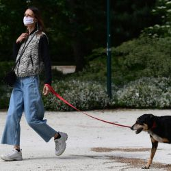 En tiempos del pandemia, salir a pasear con nuestro fiel amigo es muy bueno para la salud de ambos.ro
