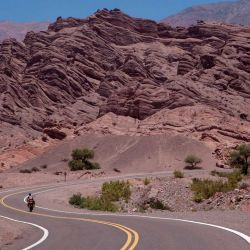 El paisaje deslumbra en cada vuelta de pedal.