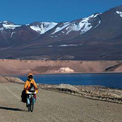 Se torna increíble pedalear rodeados de enormes volcanes nevados,