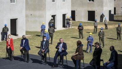 Alberto Fernández en el lanzamiento de viviendas en Ensenada.