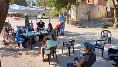CAMPAÑA. Vecinos hisopados en Luque. Allí reclaman por que se vacune a discapacitados y sus familiares.