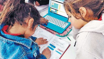 Dificultades. Las laptops y los celulares fueron herramientas clave. Pero todo se complicó en hogares con un sólo teléfono para todo, no sólo la escuela, o con varios estudiantes en la familia.