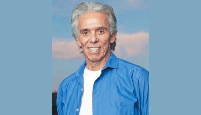 Leyenda. El artista celebra sus 50 años como músico. Junto a su hijo Yaco.