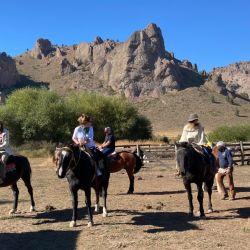 Los jinetes listos para una cabalgara slow.