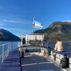 Navegación por el Brazo Tristeza, que parte del muelle de Bahía López.