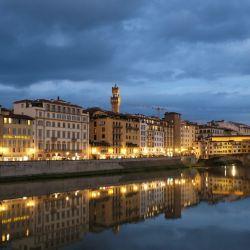 El paseo a la orilla del Arno mantiene el encanto de siempre. Foto: Florian Sanktjohanser/dpa
