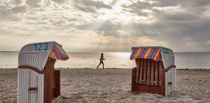 Una mujer corre a lo largo de la playa del Mar Báltico.