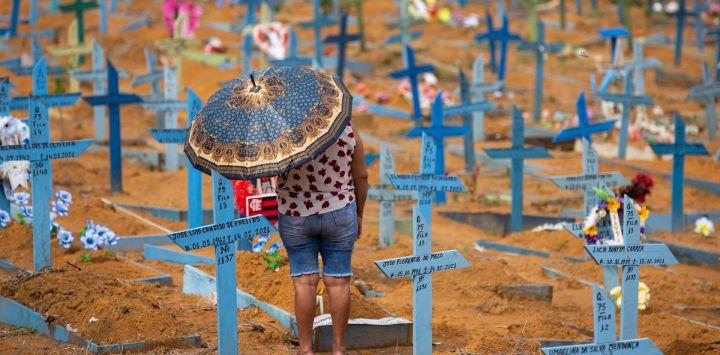 Una mujer visita el cementerio de Nossa Senhora Aparecida el Día de la Madre, en Manaus, estado de Amazonas, Brasil, en medio de la pandemia del nuevo coronavirus COVID-19. - Cementerios en Brasil abrieron este fin de semana por primera vez para el público en general desde el inicio de la pandemia COVID-19.
