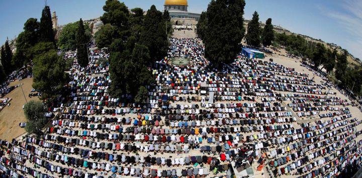 Una fotografía tomada con una lente de ojo de pez muestra a los fieles palestinos reunidos para orar fuera de la Cúpula de la Roca en el recinto de la Mezquita Al-Aqsa de Jerusalén, el tercer lugar más sagrado del Islam.