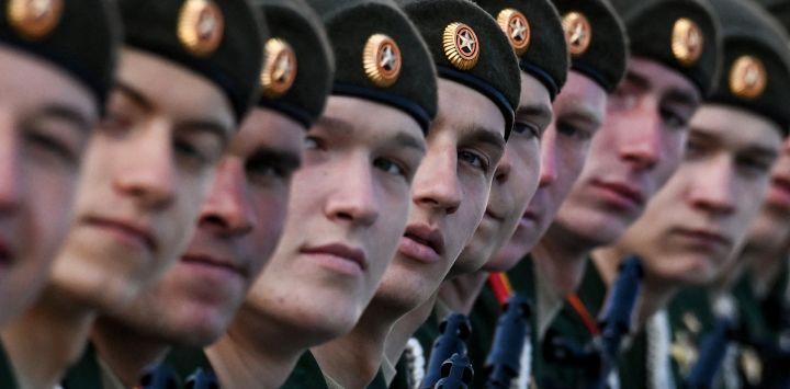 Los militares rusos se reúnen en la Plaza Roja de Moscú para el desfile militar del Día de la Victoria. - Rusia celebra el 76 aniversario de la victoria sobre la Alemania nazi durante la Segunda Guerra Mundial.