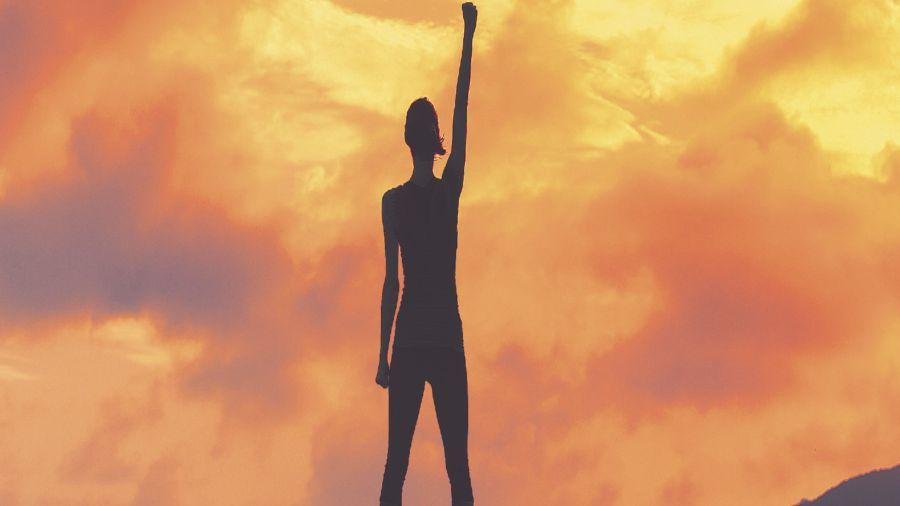 No se nace con esta capacidad, se va aprendiendo a ser resiliente poco a poco. Al lograr resurgir de las cenizas, aumenta la autoconfianza y el camino de la vida se mira con otros ojos.