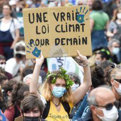Un manifestante sostiene una pancarta que dice:    Foto:Sebastien Salom-Gomis / AFP
