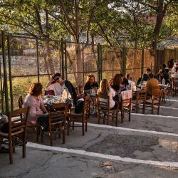 La gente se sienta en un café al aire libre junto al Ágora Antigua en Atenas, mientras Grecia alivia sus restricciones Covid-19, preparándose para abrir al turismo internacional el 14 de mayo.   Foto:Louisa Gouliamaki / AFP