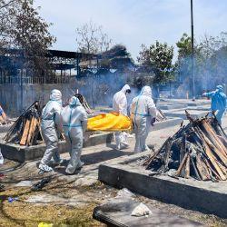 Los familiares llevan el cuerpo de una víctima del coronavirus Covid-19 para incinerar en un campo de cremación en Nueva Delhi.   Foto:Sajjad Hussain / AFP
