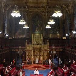 La Reina Isabel II de Gran Bretaña lee el Discurso de la Reina en el Trono del Soberano en una cámara de la Cámara de los Lores socialmente distanciada, durante la Apertura del Parlamento en las Casas del Parlamento en Londres, que se lleva a cabo con una capacidad reducida debido a las restricciones de Covid-19.   Foto:Chris Jackson / POOL / AFP
