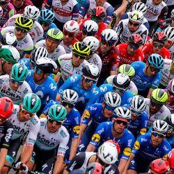 La manada corre durante la segunda etapa de la carrera ciclista Giro d'Italia 2021, 179 km entre Stupinigi y Novara, Piamonte.   Foto:Luca Bettini / AFP