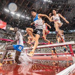 Los atletas compiten en la persecución de obstáculos masculina de 3000 m durante un evento de prueba de atletismo para los Juegos Olímpicos de Tokio 2020 en el Estadio Nacional de Tokio.   Foto:Charly Triballeau / AFP