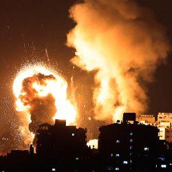 Una imagen muestra los ataques aéreos israelíes en la Franja de Gaza, controlada por el movimiento islamista palestino Hamas. - Israel lanzó ataques aéreos mortales sobre Gaza en respuesta a una andanada de cohetes disparados por el movimiento islamista Hamas en medio de una espiral de violencia provocada por disturbios en el recinto de la mezquita Al-Aqsa de Jerusalén.   Foto:Mahmud Hams / AFP