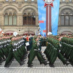 Los militares rusos marchan a lo largo de la Plaza Roja durante el desfile militar del Día de la Victoria en Moscú. - Rusia celebra el 76 aniversario de la victoria sobre la Alemania nazi durante la Segunda Guerra Mundial.   Foto:Kirill Kudryavtsev / AFP
