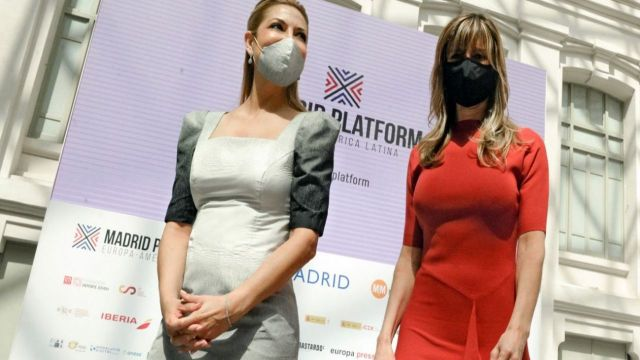 Fabiola Yáñez con Begoña Gómez Fernández.