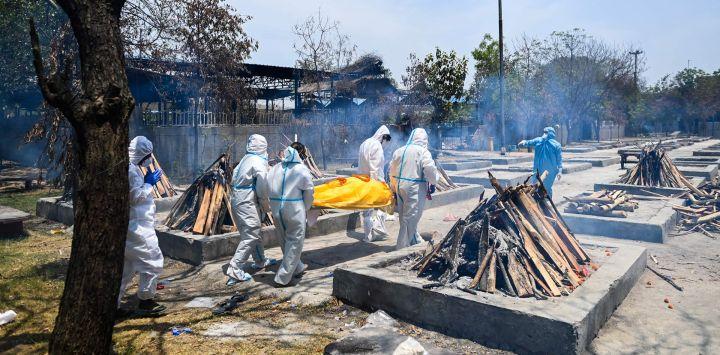 Los familiares llevan el cuerpo de una víctima del coronavirus Covid-19 para incinerar en un campo de cremación en Nueva Delhi.