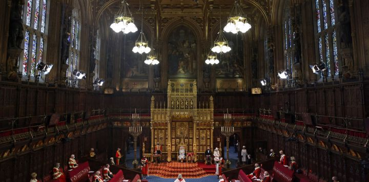 La Reina Isabel II de Gran Bretaña lee el Discurso de la Reina en el Trono del Soberano en una cámara de la Cámara de los Lores socialmente distanciada, durante la Apertura del Parlamento en las Casas del Parlamento en Londres, que se lleva a cabo con una capacidad reducida debido a las restricciones de Covid-19.