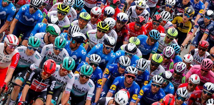 La manada corre durante la segunda etapa de la carrera ciclista Giro d'Italia 2021, 179 km entre Stupinigi y Novara, Piamonte.