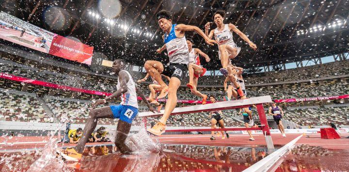 Los atletas compiten en la persecución de obstáculos masculina de 3000 m durante un evento de prueba de atletismo para los Juegos Olímpicos de Tokio 2020 en el Estadio Nacional de Tokio.