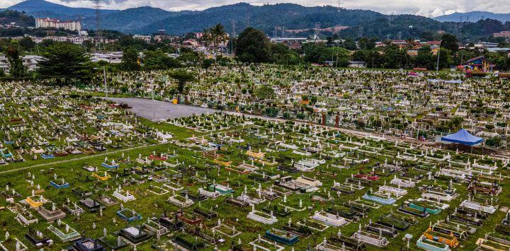 Una vista aérea muestra un cementerio musulmán vacío debido a un bloqueo parcial establecido por las autoridades que restringen los viajes dentro de cada estado y distrito, como una medida para frenar la propagación del coronavirus Covid-19, antes de Eid al-Fitr, que marca el final del Mes sagrado islámico de Ramadán, en Kuala Lumpur.