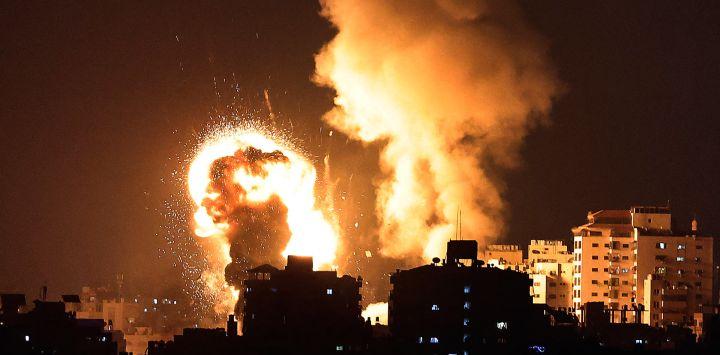Una imagen muestra los ataques aéreos israelíes en la Franja de Gaza, controlada por el movimiento islamista palestino Hamas. - Israel lanzó ataques aéreos mortales sobre Gaza en respuesta a una andanada de cohetes disparados por el movimiento islamista Hamas en medio de una espiral de violencia provocada por disturbios en el recinto de la mezquita Al-Aqsa de Jerusalén.