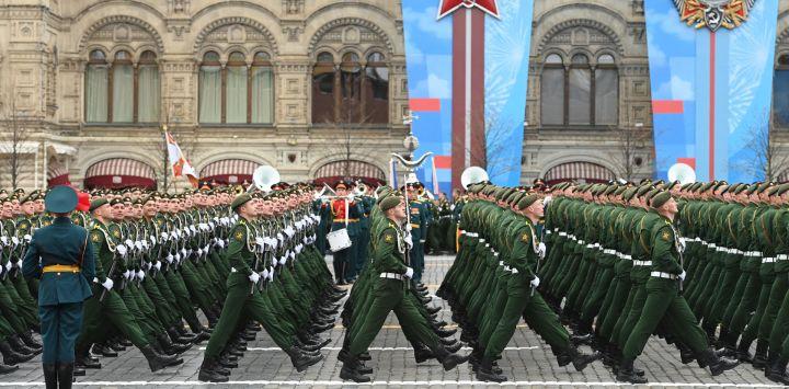 Los militares rusos marchan a lo largo de la Plaza Roja durante el desfile militar del Día de la Victoria en Moscú. - Rusia celebra el 76 aniversario de la victoria sobre la Alemania nazi durante la Segunda Guerra Mundial.