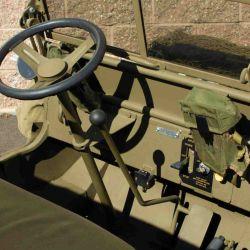 Incluye varios accesorios auténticos que provienen de excedentes militares.