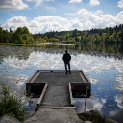 En la foto se ve a un hombre parado en un muelle en Deer Lake en Burnaby.   Foto:Darryl Dyck / The Canadian Press vía ZUMA / DPA