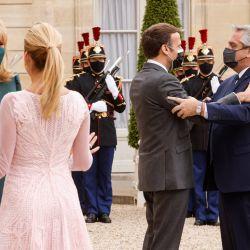 El presidente francés, Emmanuel Macron da la bienvenida al presidente de Argentina, Alberto Fernández, mientras que la esposa del presidente francés, Brigitte Macron da la bienvenida a la primera dama Fabiola Yáñez, antes de una reunión para el almuerzo, en el Palacio del Elíseo, en París.   Foto:Ludovic Marin / AFP