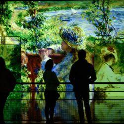 Periodistas observan proyecciones de pinturas durante una visita de prensa de la exposición digital titulada    Foto:Philippe Lopez / AFP