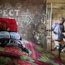 La ropa de cama se muestra en la Prisión Central en Freetown. - Según muchas ONG, los presos tienen condiciones de vida extremadamente difíciles y han sufrido durante años la falta de acceso a alimentos y agua en las cárceles de Sierra Leona.   Foto:Anne-Sophie Faivre Le Cadre / AFP