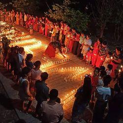 Esta foto muestra a personas reunidas durante una protesta nocturna contra el golpe militar, marcando los 100 días de la toma de poder en el municipio de Hpakant en Myanmar Estado norteño de Kachin.   Foto:Kachin Waves / AFP