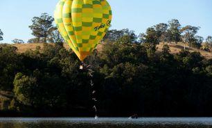 Realizó un clavado desde un globo aerostático en movimiento