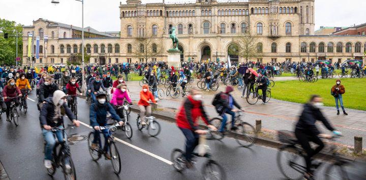 La gente participa en una manifestación en bicicleta frente al Welfenschloss, la sede de la Universidad Leibniz de Hannover, contra los recortes en las universidades de Baja Sajonia.