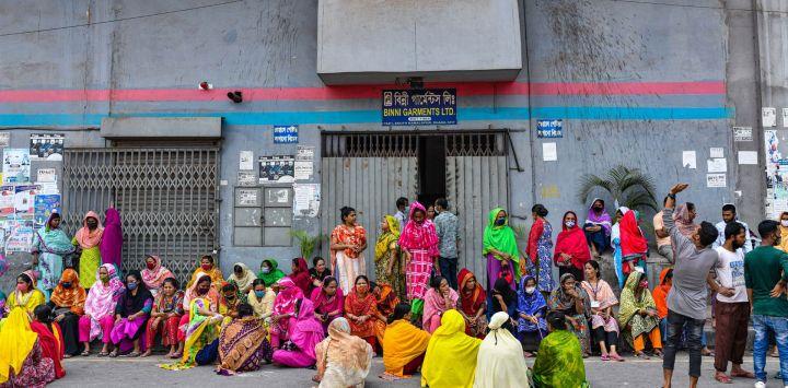 Bangladesh, Dhaka: los trabajadores de la confección de Binni Garments Ltd bloquean la carretera en la fábrica para exigir el pago de los salarios adeudados.